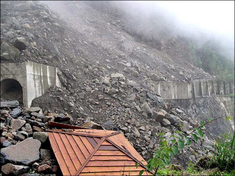 莫拉克風災重創阿里山林鐵,全線出現421處毀損。(林務局林鐵及文資處提供)