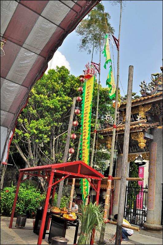 大龍峒保安宮有著特別的「豎燈篙」儀式,透過燈篙邀請好兄弟前來聞經受度。(保安宮提供)