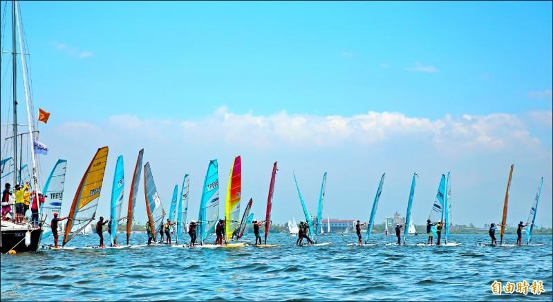 大鵬灣水域遊憩多樣化,圖為風帆競賽,鵬管處暑假推優惠體驗券。(記者陳彥廷攝)