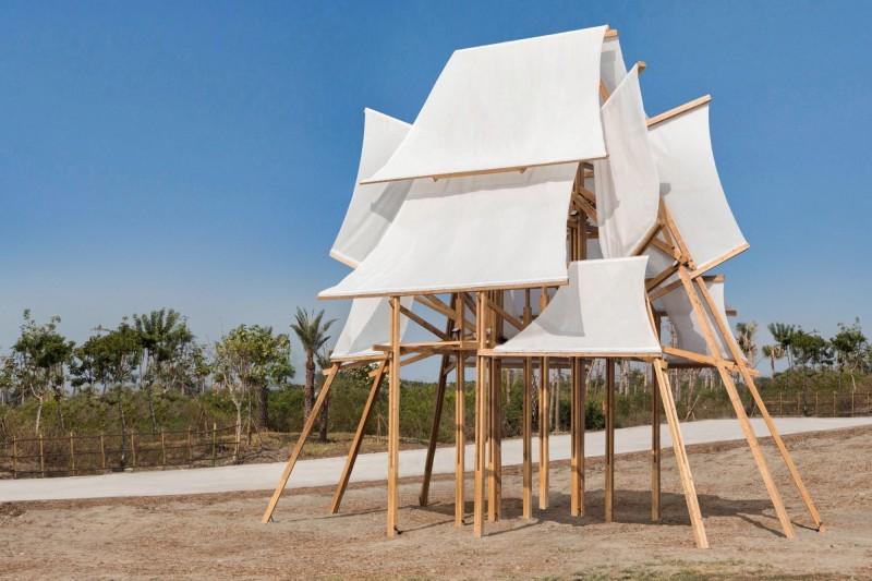 「帆城」採用台灣原生木種,全座燈組採傳統木構造工法,並結合廟宇建築概念,以實木構築張起風中錯落的船帆,詮釋船隻群聚在港的印象。(圖由屏東縣政府文化處提供)