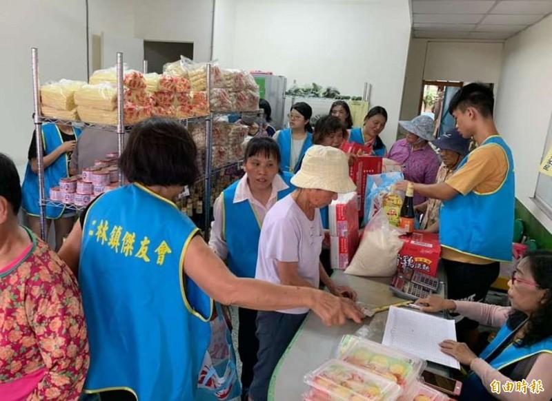 二林樂林食(實)物銀行今日成立,進行首次物資發放。(記者陳冠備攝)