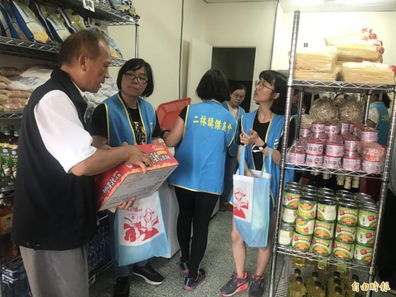 二林樂林食(實)物銀行猶如小超市,足夠供弱勢民眾挑選必須生活用品。(記者陳冠備攝)