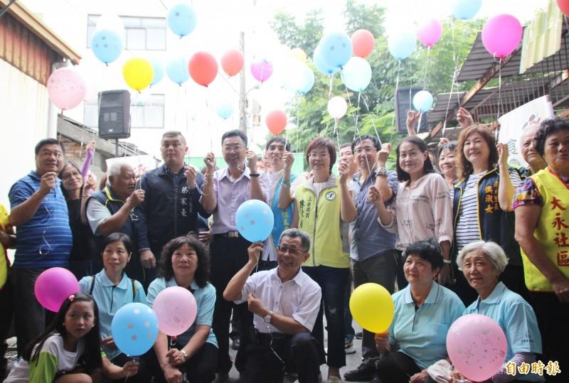 二林樂林食(實)物銀行成立,發起人二林鎮長蔡詩傑(二排左5)、立法委員陳素月(二排左7)、縣議員蔡家豪(二排左4)等人一同施放公益氣球慶祝開幕。(記者陳冠備攝)