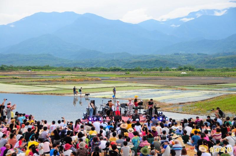 夏田音樂會的舞台搭在水田中央,美景令遊客的心情都很美麗。(記者花孟璟攝)