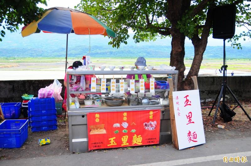 花蓮夏田音樂會封路市集中,本地的玉里麵也在其中,攤位的背景是縱谷水田,視覺味覺都很迷人。(記者花孟璟攝)