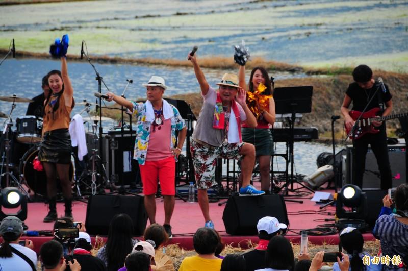 陳昇、阿van 與新寶島康樂隊到花蓮「夏田」,在水田爛泥巴上搭蓋的舞台很有味道,陳昇舉麥要觀眾跟著一起唱。(記者花孟璟攝)