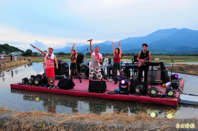 193縣道玉里段路邊的水田舞台,陳昇(中)、阿van 與新寶島康樂隊到花蓮「夏田」音樂會熱情高歌。(記者花孟璟攝)
