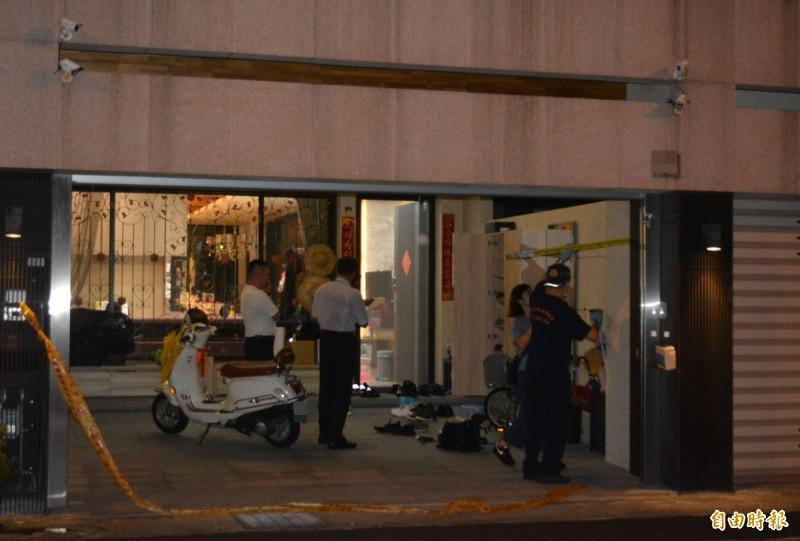 台中太平區新安街一棟透天民宅今天傍晚遭人開了3槍,疑似開槍嫌犯在警方圍捕的槍戰中斃命。(記者陳建志攝)