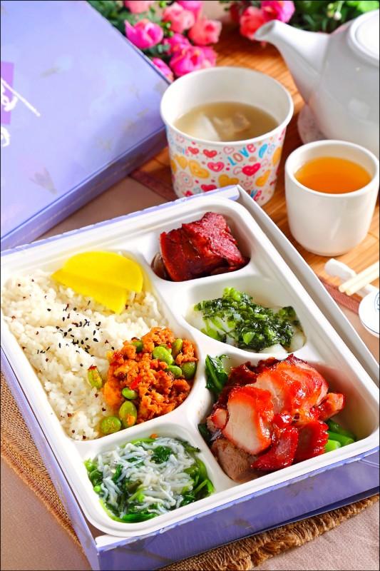 燒鴨叉燒中式餐盒/300元,便當的主菜是燒鴨與叉燒,搭配著雪菜斑件、小魚莧菜與無錫排骨等配菜,並附有每日例湯;菜餚每季會做微調,也可針對訂購者的需求進行變動。(記者李惠洲/攝影)