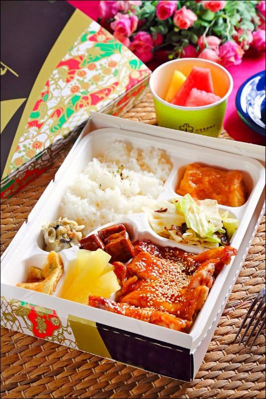 晶贊經典餐盒/250元,雙主菜是蜜汁烤雞腿排與味噌鮮魚塊,搭配著百香冬瓜、燒賣、香蔥煎蛋、XO醬炒時蔬、滷豆乾等配菜,並附有水果。(記者李惠洲/攝影)