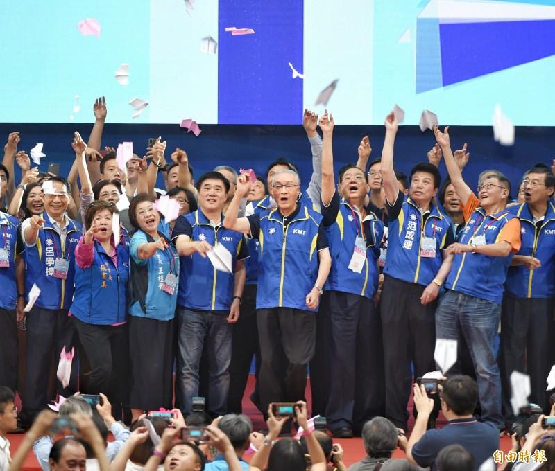 國民黨第二十屆第三次全國代表大會28日舉行,黨主席吳敦義(中)主持閉會儀式,與會者射出紙飛機。(記者方賓照攝)