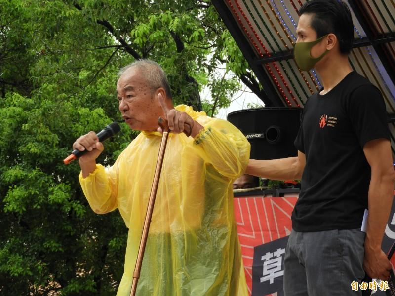 高雄70歲王姓阿公憤怒、哽咽質問:「為什麼我們會選到一個騙子?」(記者葛祐豪攝)
