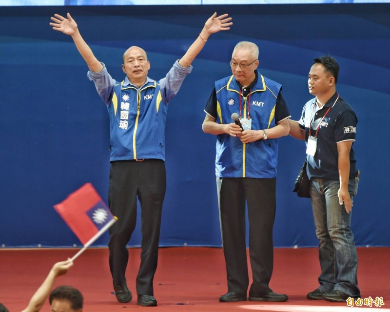 國民黨全代會通過提名韓國瑜(左)參選2020總統;圖中為黨主席吳敦義。(記者方賓照攝)