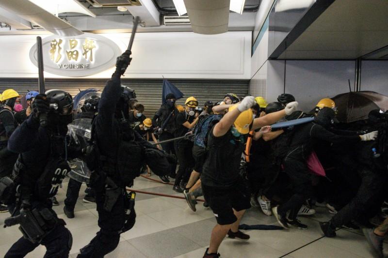 昨(27)日 港人自發舉行「遊元朗」活動演變成警方速龍小隊攻入西鐵元朗站大廳的流血鎮壓。(美聯社)