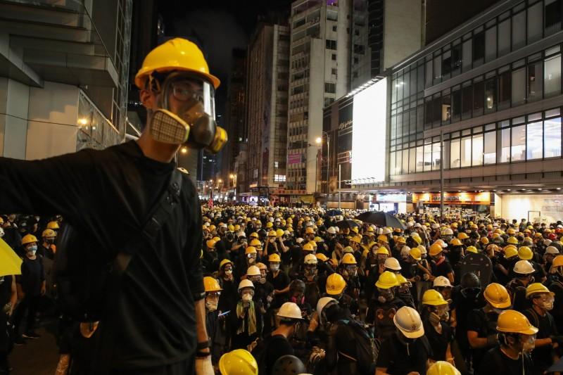 香港大批「反送中」示威者今(28)舉行集會,反對警察暴行。(歐新社)