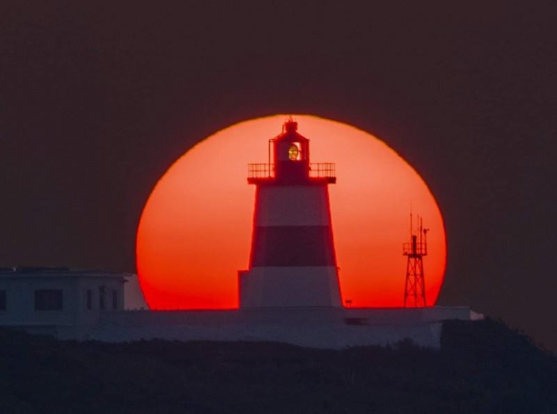 每年只有20多天能看見「燈塔懸日」的奇景,從7月26日到8月20日可以看到燈塔、懸日連成一線,攝影老師張隆也把這一切美景紀錄下來。(圖片由張隆提供)