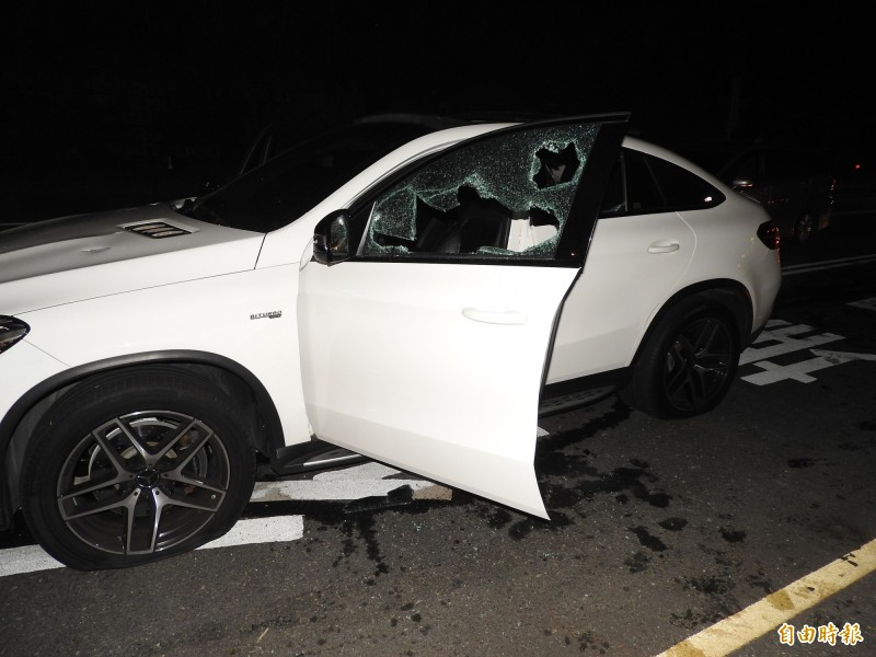埔里鎮台14線愛蘭橋附近,28日深夜10時發生警匪槍戰,歹徒駕駛的白色賓士轎車車門破璃破裂,歹徒中彈倒臥車內,經送醫宣告不治。(記者佟振國攝)