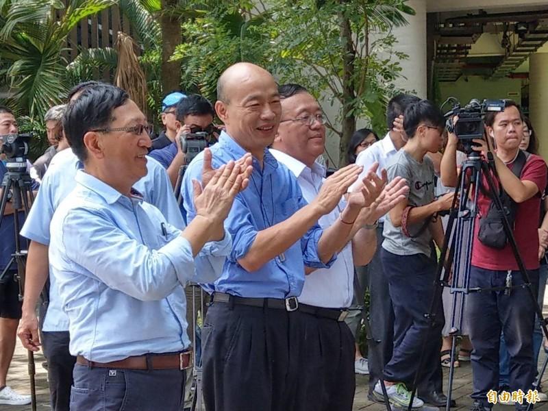 高雄市長韓國瑜(中),今上午參加小港區鳳林國中冷氣機、空氣清淨機雙機啟用活動。(記者方志賢攝)