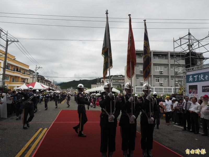 來自各地的儀隊、陣頭在吳俊立父親告別式上表演。(記者王秀亭攝)
