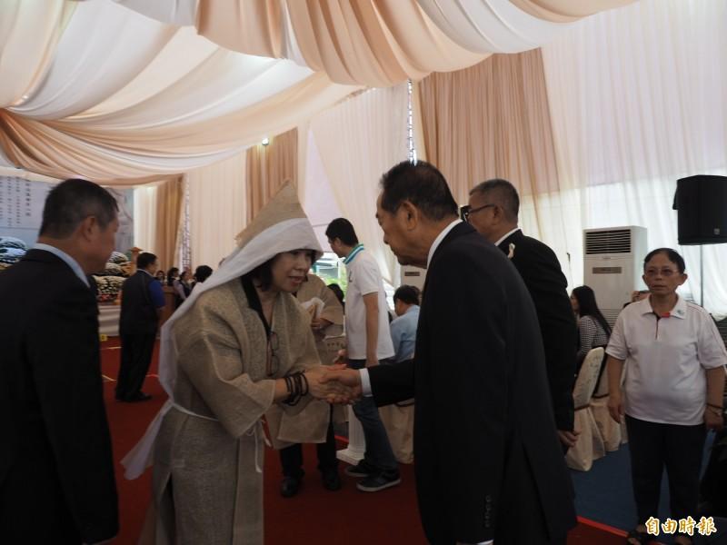 前台東縣長鄺麗貞今天以吳俊立妻子身分,向到場賓客致意。(記者王秀亭攝)