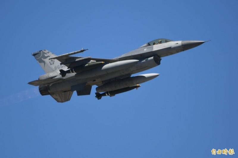 空軍出動4架F-16戰機,各掛載2枚2千磅炸彈,模擬針對登陸船團進行攻擊。(記者游太郎攝)