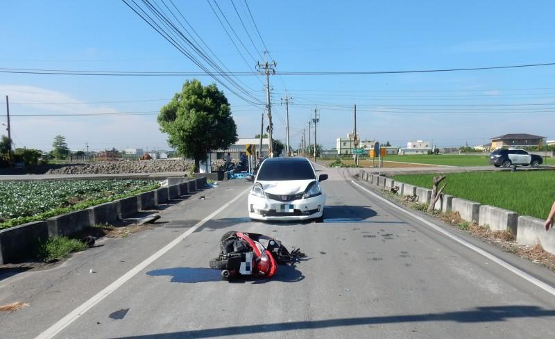 彰化埔鹽永新路、永樂路口發生汽機車對撞意外,機車被撞飛10公尺。(記者陳冠備翻攝)