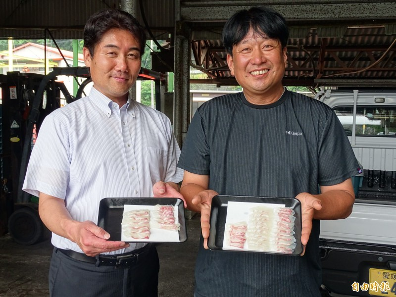 宇和島計畫負責人木和田權一(左)和中田水產社長中田力夫,兩個兒時玩伴攜手進行的大冒險,開發出帶有橘香味的蜜柑魚。(記者林翠儀攝)