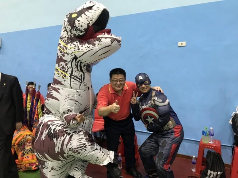 美國隊長及恐龍都出動,中為大安分局長周煥興。(記者姚岳宏翻攝)
