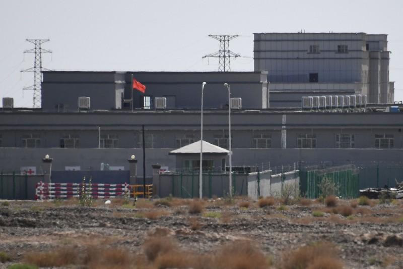 全球22國譴責中國壓迫新疆人權,中國外交部今日表示,誰在正義正確的一方,一目瞭然。圖為新疆再教育營。(法新社)
