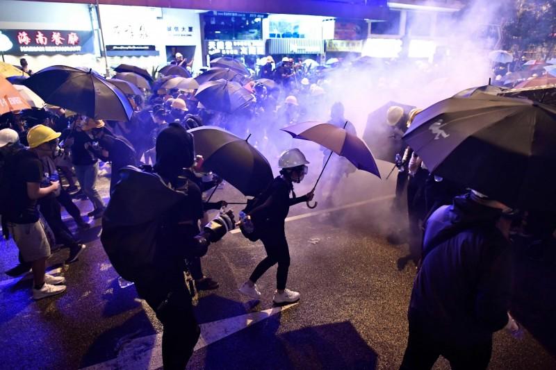 香港民眾手拉著手在街頭以肉身與警方武力做抵抗。(法新社)
