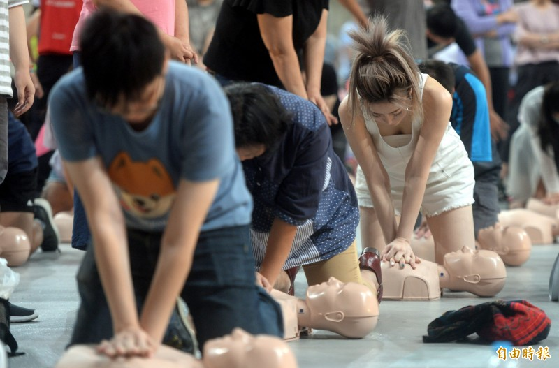 台北市衛生局舉辦千人學習CPR活動,教導民眾正確的急救技巧。(記者林正堃攝)