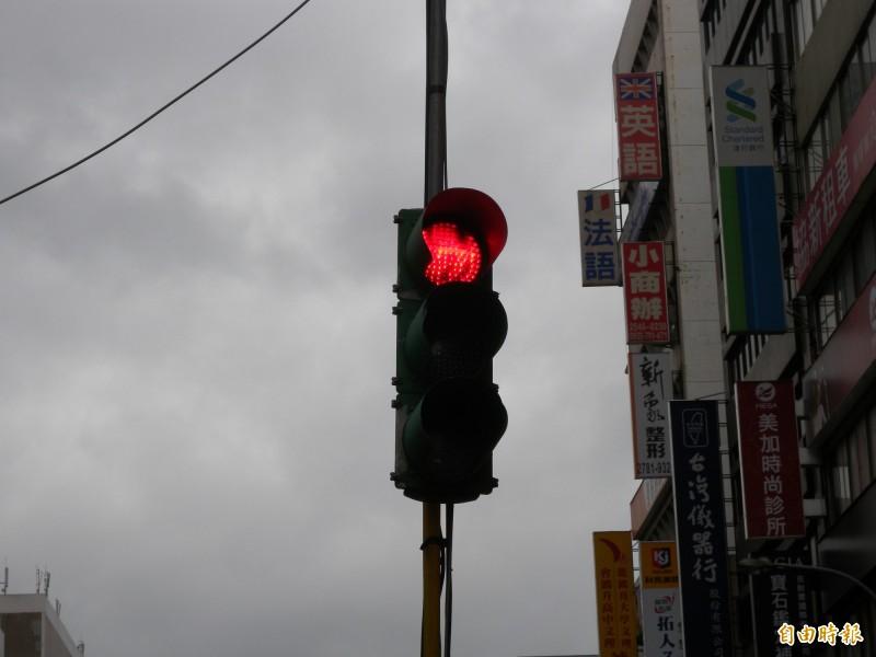 台中市游姓女子開車於台中市,穿越綠燈轉變為黃燈的路口,卻與闖紅燈的66歲郭姓機車騎士相撞,郭男重傷臥床7個多月死亡。圖與新聞無關。(資料照)