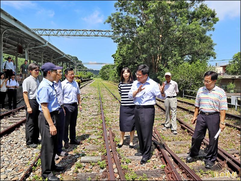 交通部長林佳龍(右二)視察舊山線,強調復駛經費15~17億元將由中央全額負擔。(記者歐素美攝)