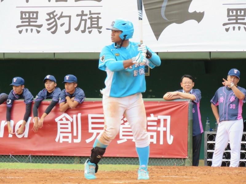 資助人11年的陪伴,台東孩子邱智呈勇於追球棒球夢,今年入選中華職棒。(圖由台灣世界展望會東區辦事處提供)