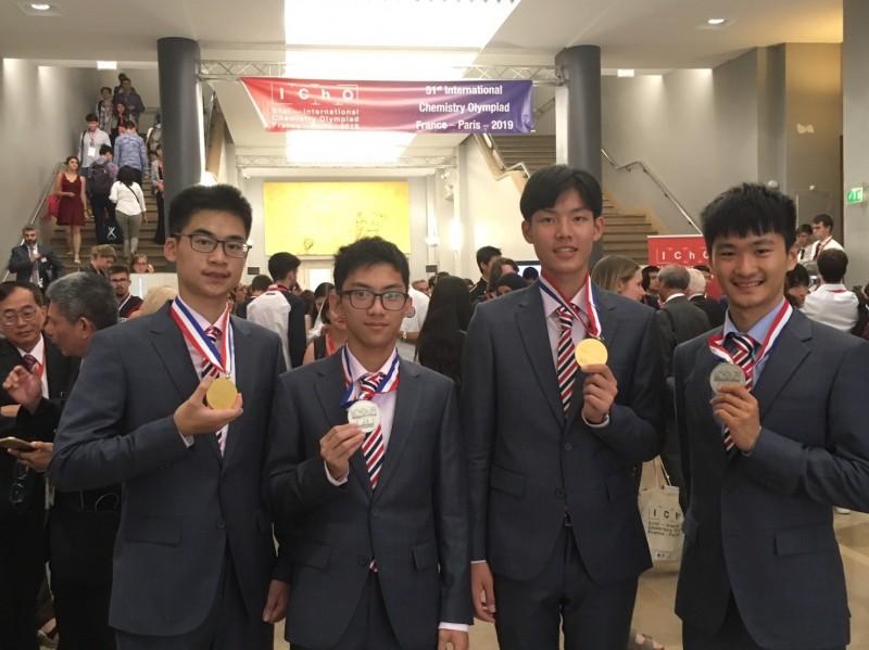 國際化學奧賽成績揭曉,我國選手奪得2金2銀,國際排名第5,由左至右為王昱翔、沈智恩丶郭倫昕丶吳宗鴻。(教育部提供)