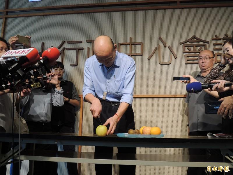韓國瑜拿水果刀切水果,嗆蘇貞昌「逮捕我吧」。(記者王榮祥攝)