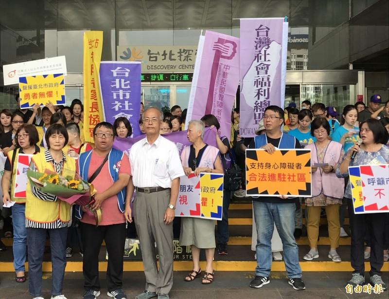 社福團體致贈「勇氣之花」給社會局副局長黃清高(白衣者)。(記者蔡思培攝)