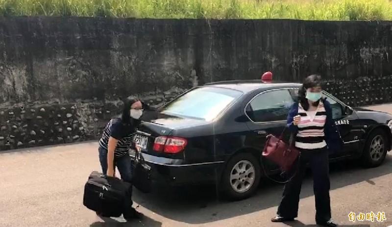 南投地檢署女檢察官王晴玲(右)抵達南投殯儀館,準備再次解剖相驗槍戰中亡故的賴男。(記者謝介裕攝)
