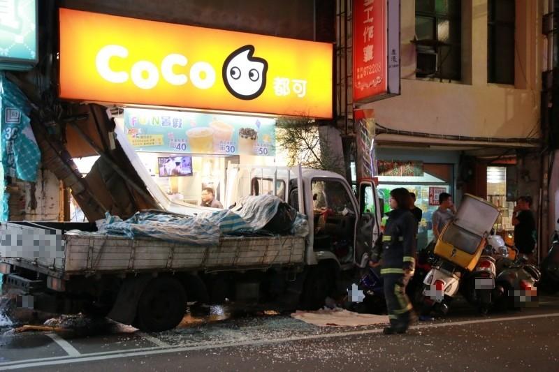 一輛小貨車今晚撞進頭份市中正路的手搖飲店,管及天然氣管都破裂。(記者鄭名翔攝)