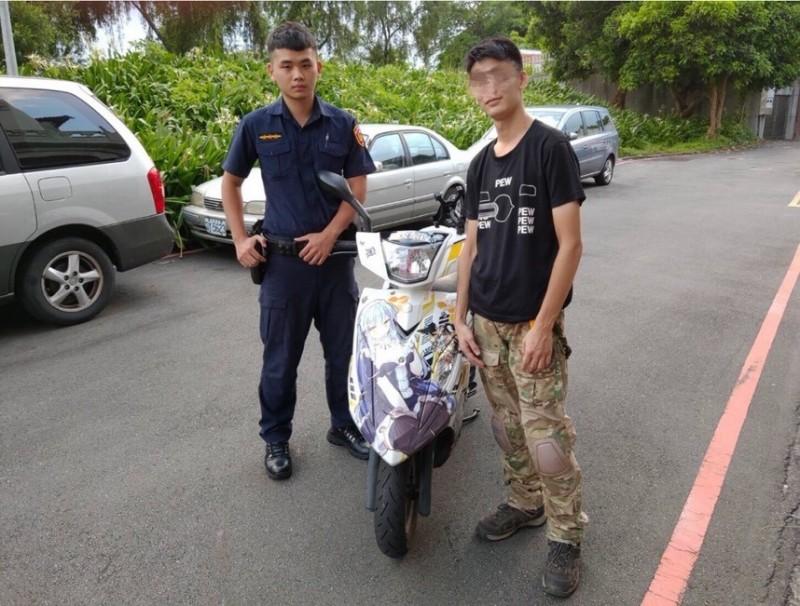 21歲嫩警簡廷儒幫他顧家當。(記者劉慶侯翻攝)