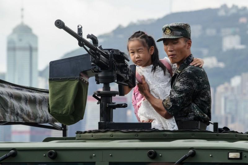 《法新社》在Facebook、Twitter、微博等社交媒體上發現大量不實影片或貼文,內容聲稱香港各地有大量步行和在戰車上的士兵。(法新社)