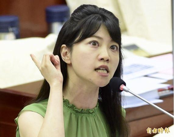 台北市議員高嘉瑜指出,韓國瑜就是靠這些韓粉的作為「鞏固支持者」,她也批評韓國瑜有空在記者會上拿水果刀切水果,沒空出來約束韓粉不要這樣對待侯友宜?(資料照)