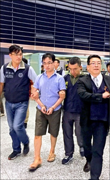 陳宣銘(左二)被押返台。(資料照)
