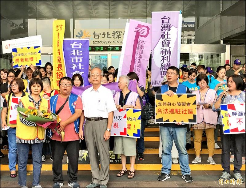 社福團體致贈「勇氣之花」給社會局副局長黃清高(左三白衣者)希望市府勇者無懼。(記者蔡思培攝)