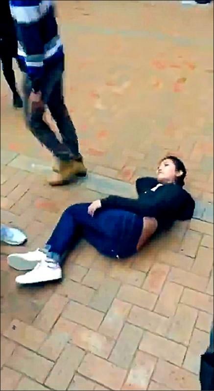 二十七歲女港生賽琳娜.李(Serena Lee)遭三名中國男學生挑釁,並以肘部將她撞倒在地。(取自臉書)