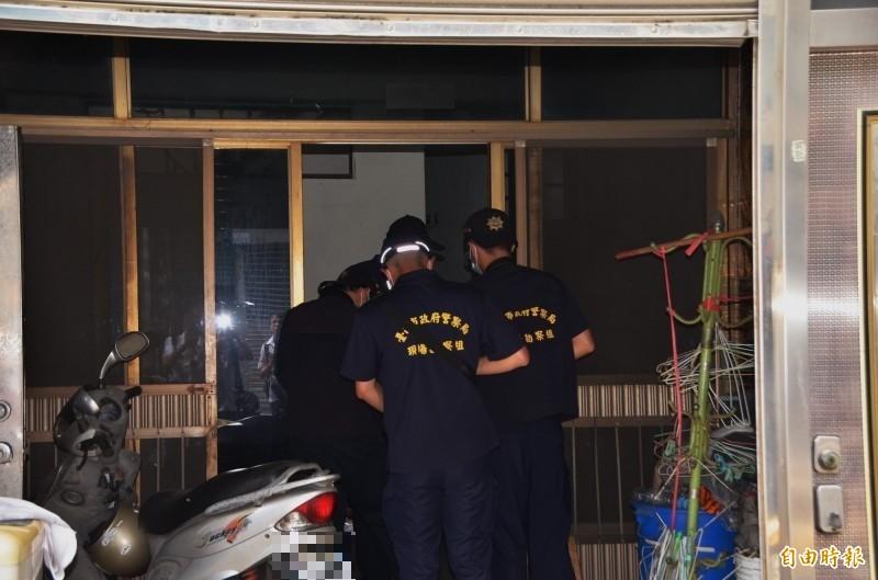警方在現場採證,稍晚也查扣屋內刀具,釐清案情。(記者吳俊鋒攝)