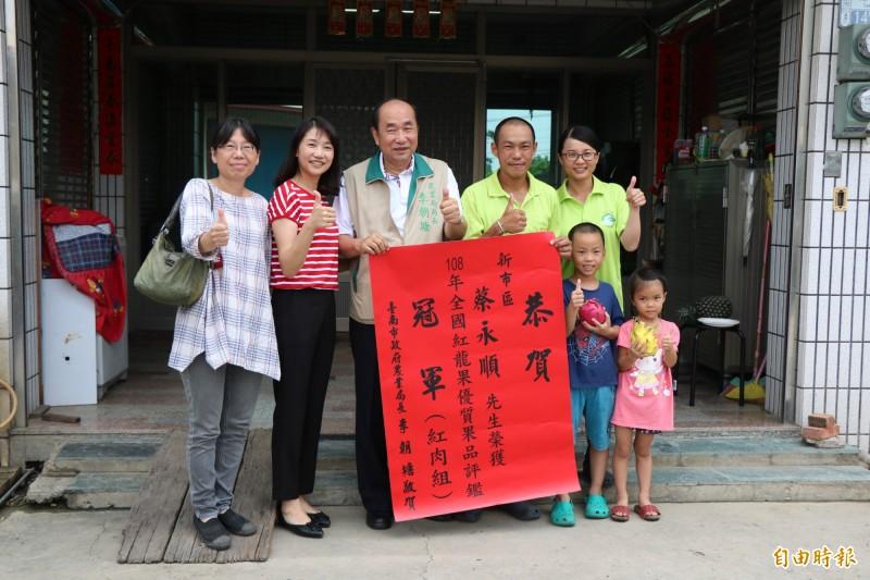 市府農業局長李朝塘(左3)今前往為青農祝賀。(記者萬于甄攝)