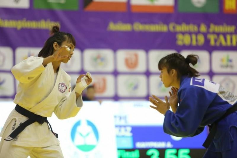 許琳宣(左)獲金牌。(東大提供)