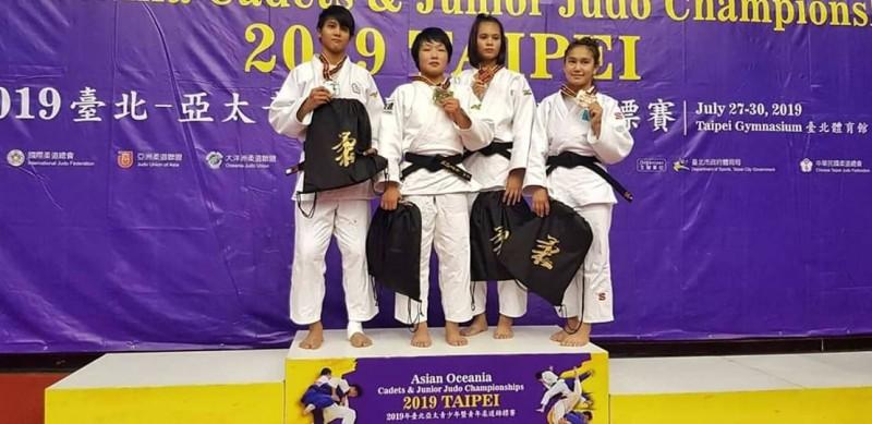 袁姵君(右二)獲銅牌。(中華柔道體總提供)