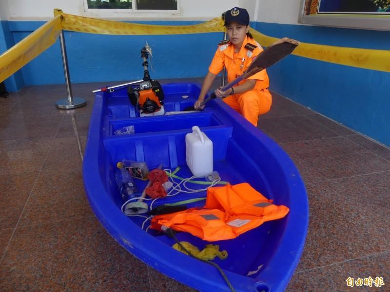 岸巡隊員檢視中國陸姓偷渡犯駕駛的塑膠艇所用划槳,有一頭還是自行手工打造。(記者吳正庭攝)